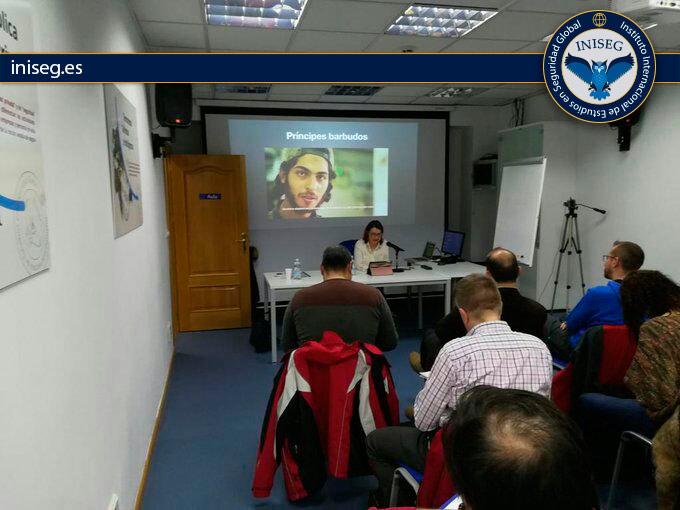 En la foto: Pilar Bernal introduciendo la ponencia a sus alumnos